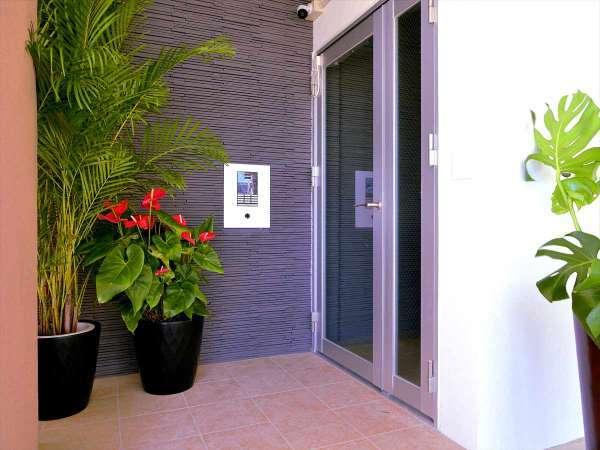 ブラウンシュガー 1Fの正面玄関。駐車場から入れます。