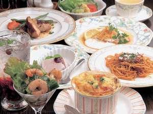パパさん特製手作りのフルコースディナー前菜、魚、スープ、お肉、パスタ、山葡萄アイスクリーム