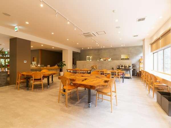 カフェ~フロントは開放感のある空間になっています