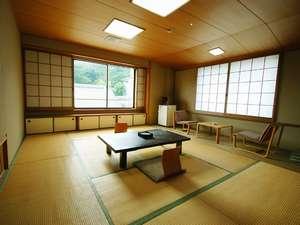 純和風造りで武雄古唐津焼のやきものが床の間を飾ります。