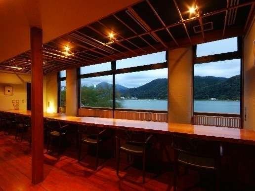 【食事処・雲水】JAZZが静かに流れるカウンター席で円山川を臨みながら。(当館に宴会場はありません)