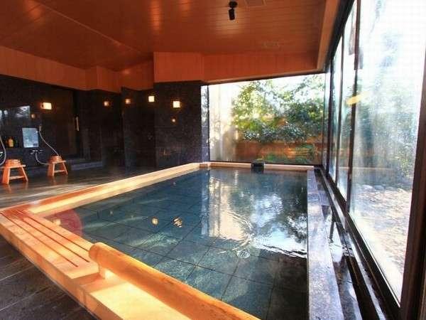 【大浴場内風呂】広々とした浴槽で湯に憩うひと時。Ph9.7のアルカリ泉はいわゆる美人の湯。