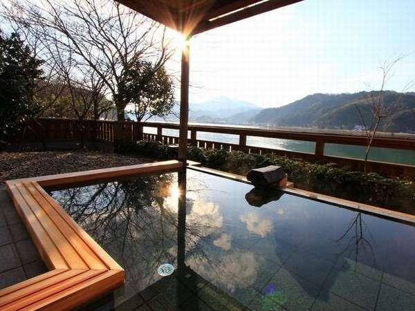 【大浴場露天風呂】湯船に浸かると、円山川に浮かんでいるような錯覚に。