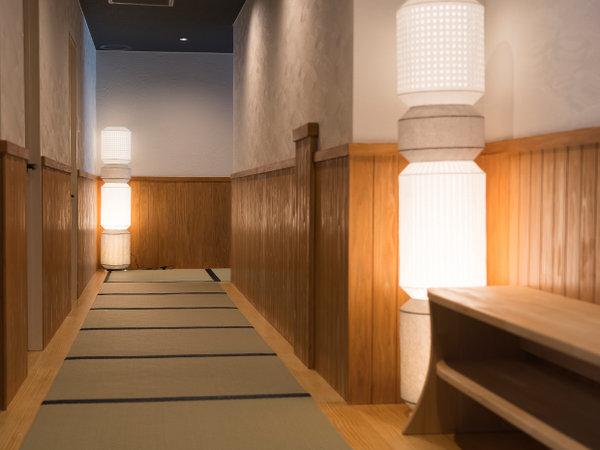 大浴場までは、畳敷きの廊下を裸足で歩いてください