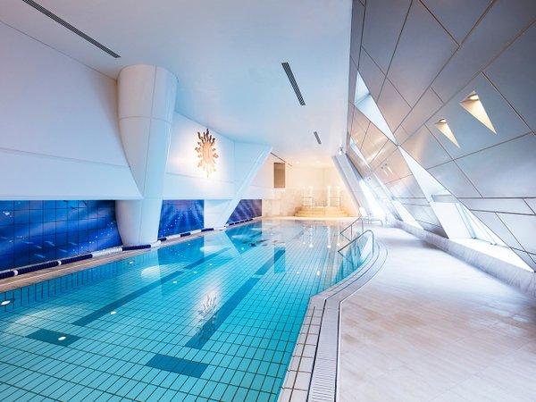ランドマークフィットネスクラブ内のプール。水中音響システムを備えた全長20メートルのプールです。