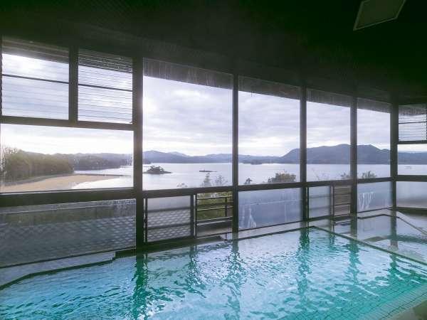 目の前には伊万里湾が広がります。青い海に浮かぶ島々の絶景を眺めながらの入浴は格別です。