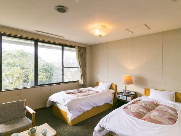 洋室ベッド2台(最大定員2名) 2階のお部屋になります。お部屋からは海が望めます。