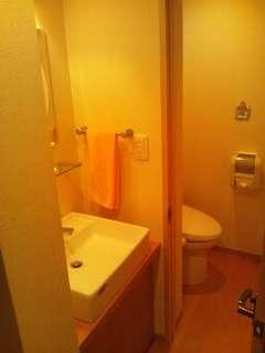 部屋のトイレと洗面台