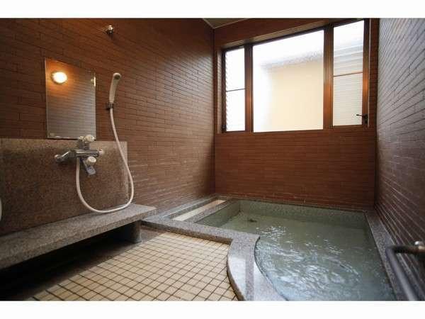 少し湯船が変わった形。座ったまま全身シャワーができる設備もある内湯。