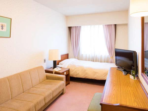 ≪ソファ付シングルルーム/14平米≫シングルベッドとソファーを備えたくつろぎのお部屋