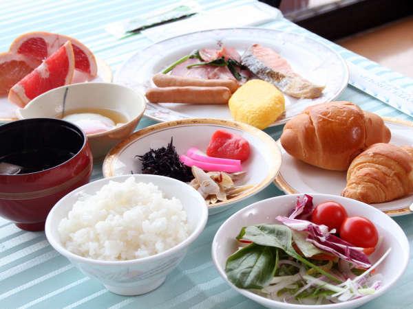 ≪和洋朝食バイキング≫ホテル1階レストラン ピーコックでお好みの料理をたっぷりとお楽しみいたたけます。