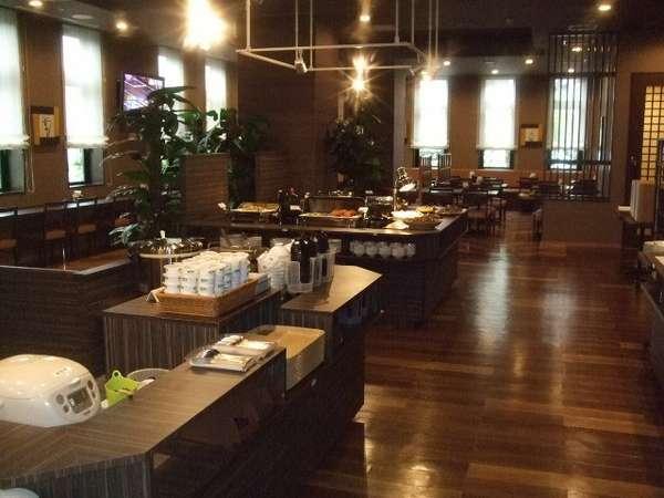 150席のレストラン。和洋中のバイキングメニューが好評!!