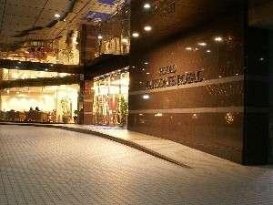 ようこそホテル函館ロイヤルへ。夜の明かりが優しくお迎え致します