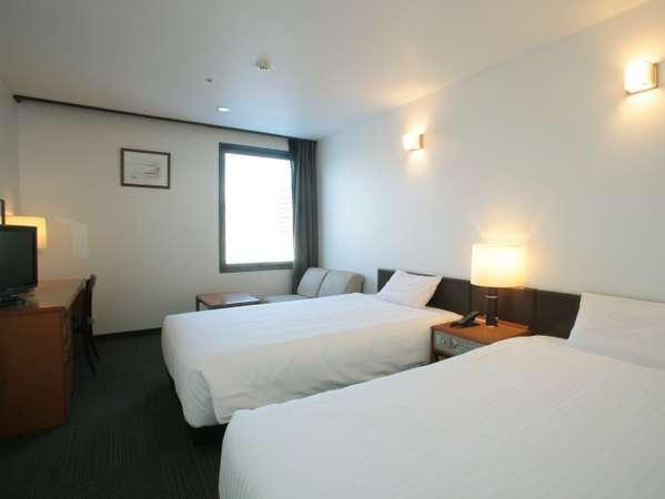 【ツインルーム】ベッド幅120cm。ゆったりとお寛ぎ下さい。