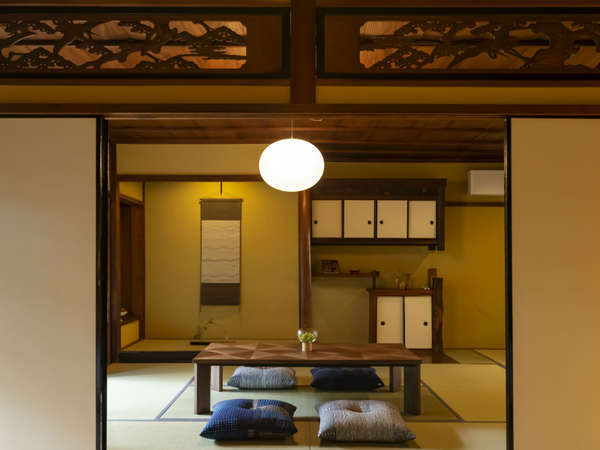 松と鶴の欄間など当時の風情を随所から感じられる客室です