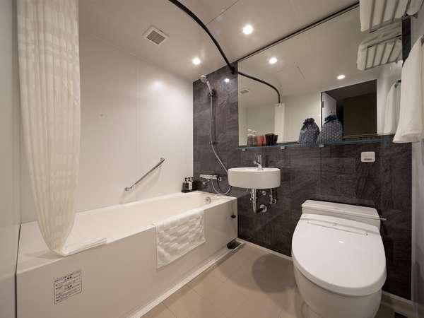 浴室/日頃の疲れを癒すバスタブはゆったり広々、大きな鏡と真っ白なトイレにはウォッシュレットも完備