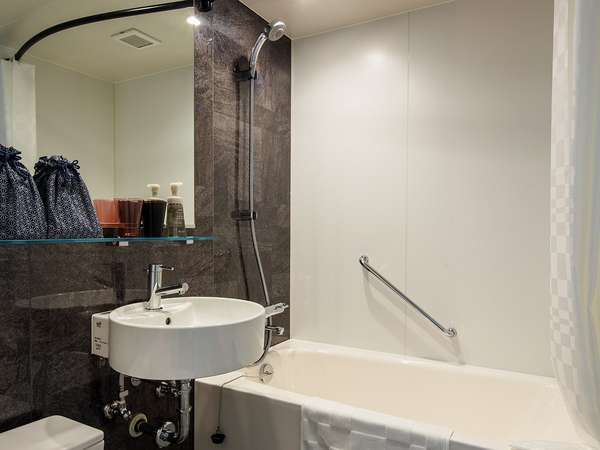 浴室/白を基調としたユニットバス、シャワーは「ミスト」「マッサージ」「エコフル」と3段階に切替が可能