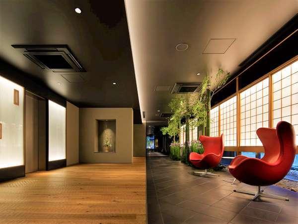 ロビー 洗練された和モダンな空間は、ホテルでありながら和の心地よさも感じていただけます