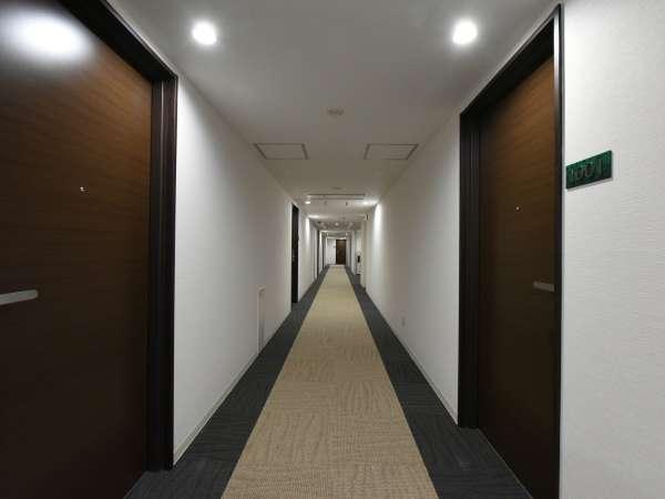 ≪館内/廊下≫明るい雰囲気の館内。