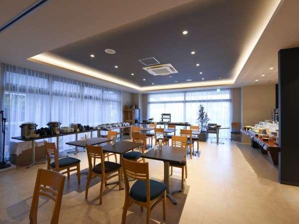 ≪お食事会場≫落ち着いた店内と、ハーブに囲まれ、広々としたウッドデッキテラス。
