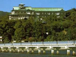 竹島を望む高台に建つ蒲郡クラッシックホテル
