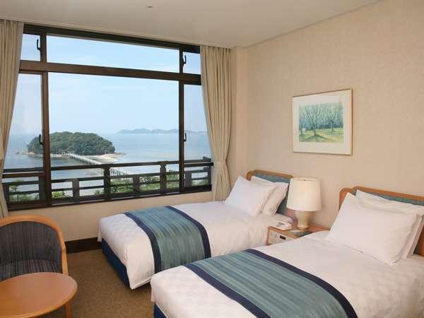 シモンズ社製ベッドを導入しより快適におくつろぎいただける海側ツインルーム
