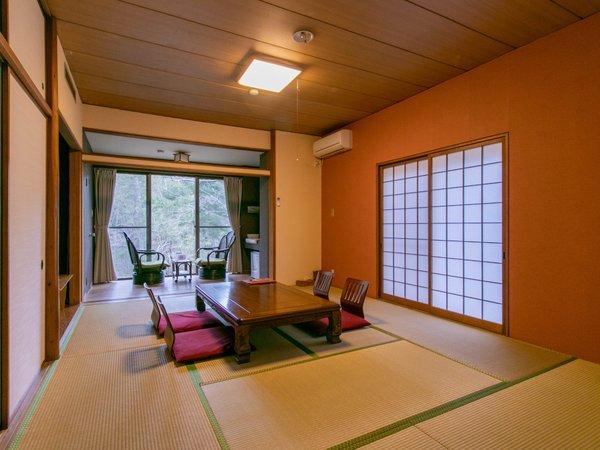 1階の10畳和室は3面に窓があり開放的なお部屋になっております。