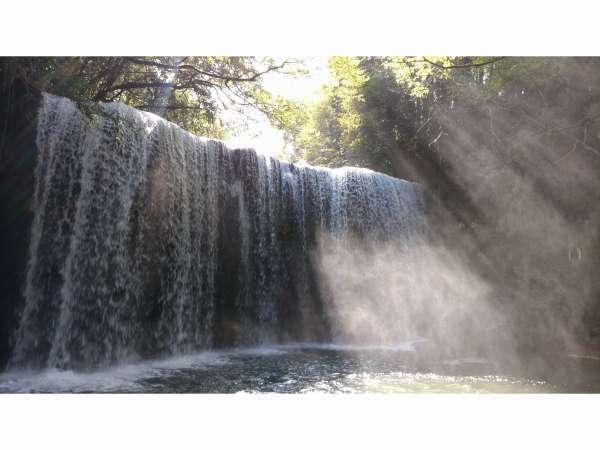 小国町の鍋ヶ滝ペンションから車で大観峰方面~小国経由で約30分です。