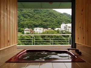 湯けむりルームの展望風呂(窓を全開にし左に寄せ、対岸からお目隠しをロールアップして撮影致しました)