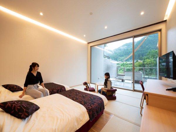 """1階和モダン・遊 和モダンのベッドルームとアウトドアリビング 四季折々の""""季節""""を満喫できます。"""