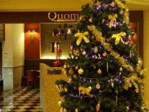 【クリスマス】レストランからロビーを見ると、ライトアップされた華やかなツリーが。