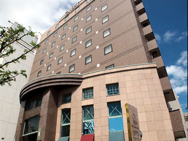 【外観(昼)】ヨーロッパのプチホテルを思わせる優雅な外観。駅前大通りに面し、女性も安心。