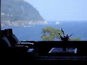海を見下ろすラウンジにて、ウエルカムドリンクをご用意いたします。