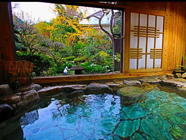 貸切風呂「夕鶴の湯」。鶴霊泉自慢の庭園を眺めながら、のんびりと湯浴みを