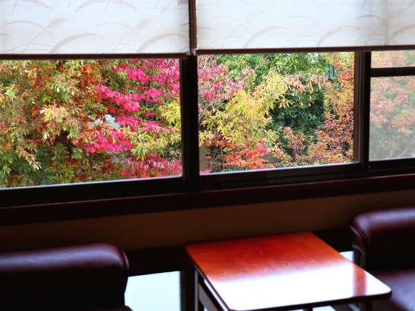 純和室より見える紅葉