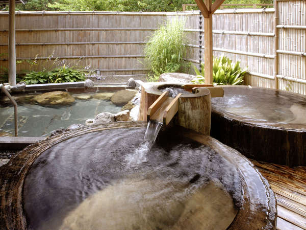 女性の露天風呂は 樹齢千年の桜の木をくりぬいた浴槽です