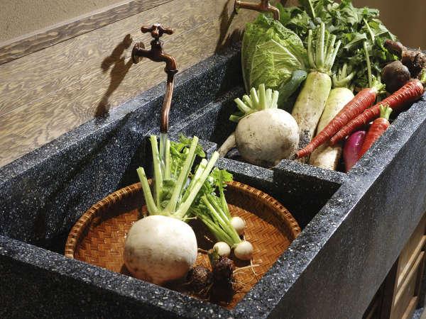 ダイニングの一角にある昔懐かしい 研ぎ出しの流し  亀岡は野菜の産地としても有名です
