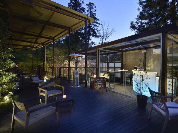 湯上り処にある、Café Grünerでワイン片手に夕涼み