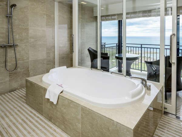 海を眺めながらバスタイム♪ プレジデンシャルオーシャンスイート バスルーム