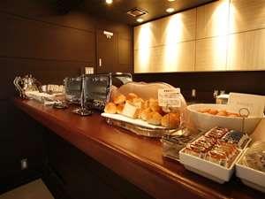 【ラウンジ&XYZ】ヘルシーなご朝食をどうぞ。パン、サラダ、ゆで卵等。お一人様税込500円(朝7:00~9:30)