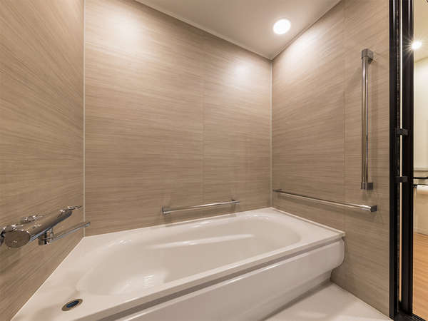 【風呂】ユニバーサルルーム・車椅子の方でもご利用いただけるよう広めのバスルームとなっております。
