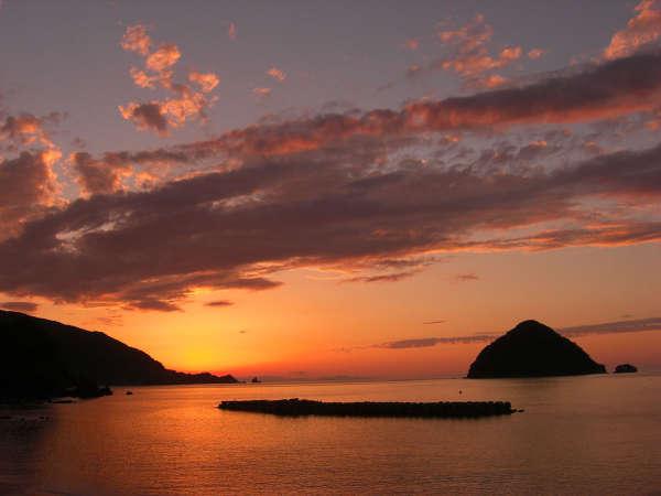 水平線に沈むきれいな夕日(ベストシーズンは5~9月)