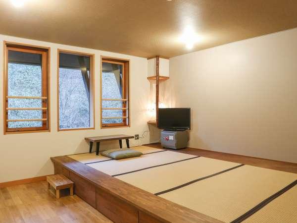 *[本館/客室一例]4畳のフローリングに6畳の小上がり和室を配したモダンな客室