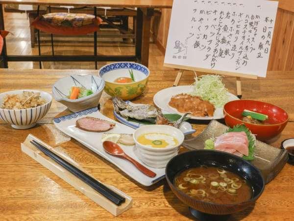 *[ご夕食全体一例]地場産の季節の山菜や生簀で生かしている新鮮な川魚を中心とした約10品の上質な和会