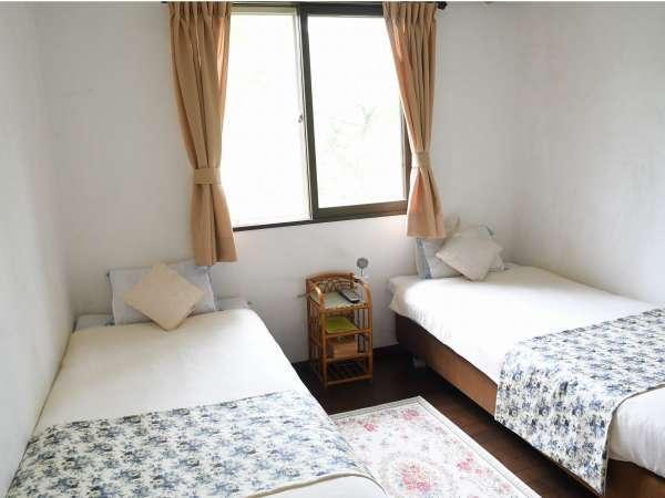 2ベッドの客室。二つをくっつけてダブルにもできますのでご予約時にお申し付けください。