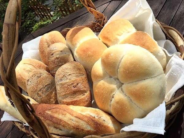 お庭の石窯で焼いた自家製パン。朝食にお出しします!ご希望でパン作り体験も承っています♪