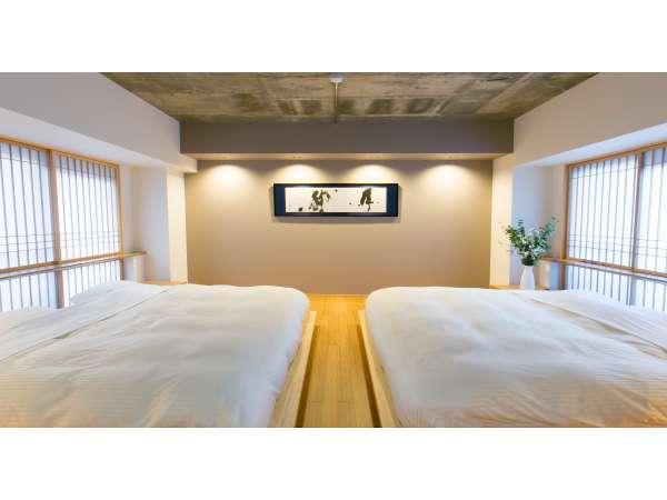 ジュニアスイートの寝室です。キングサイズのベッドが非日常感を演出いたします。