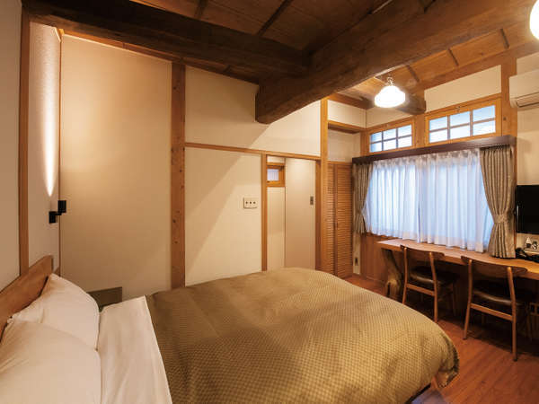 客室・ダブルベッド【101】唯一1階のロビー近くの客室です。日本ベッド製の140cm幅のベッドです。
