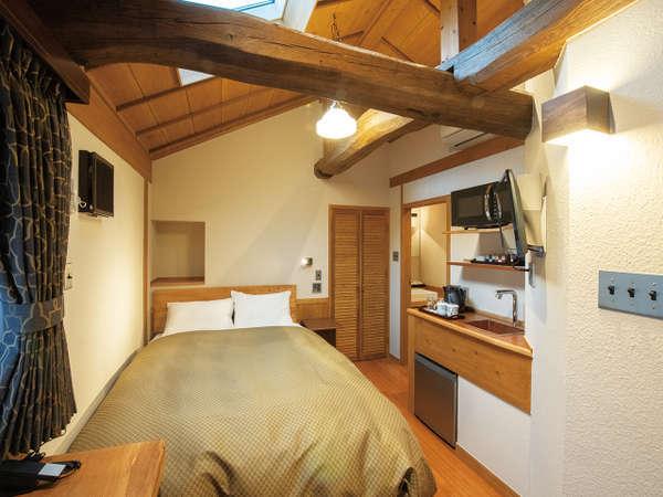 客室・ダブルベッド【201】こぢんまりとしたお部屋にもスピーカー・ミニキッチンは完備してます。