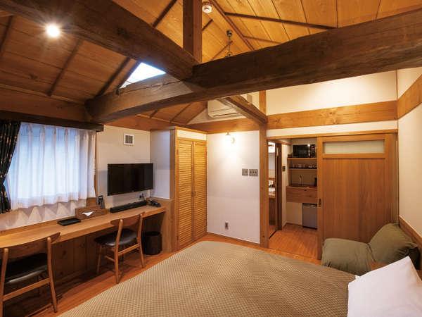 客室・クイーンベッド【202】部屋に小さなソファーが付いており、幅180cmのベッドでお休みください。